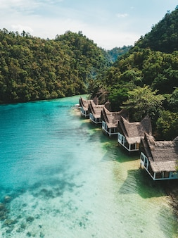 Set von cottages am meer unter blauem himmel
