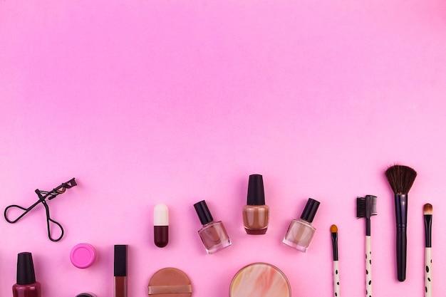 Set von damen-beauty-accessoires auf magentafarbenem hintergrund und platz für text draufsicht