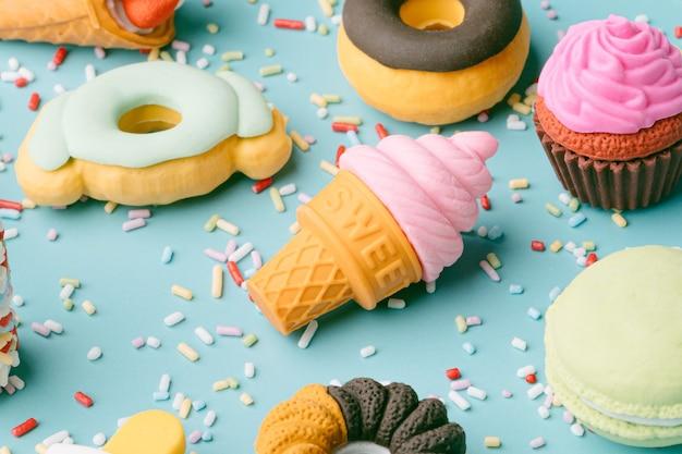 Set von desserts und süßen speisen eis donuts cupcakes macarons