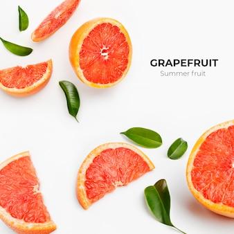 Set von ganzen und geschnittenen frischen grapefruits und scheiben isoliert auf weißer oberfläche
