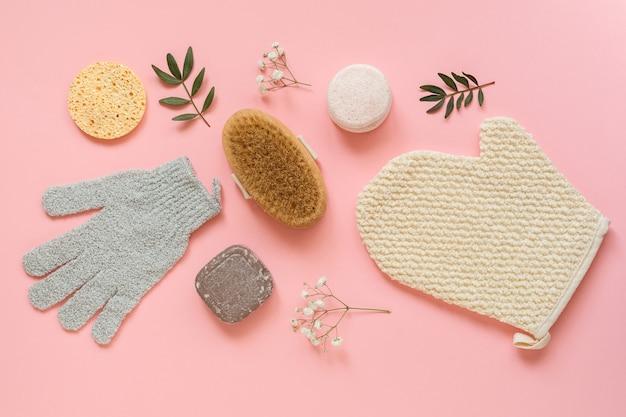 Set von hautpflegeprodukten für frauen. make-up-produkte und hautreiniger auf naturpflanzenhintergrund.