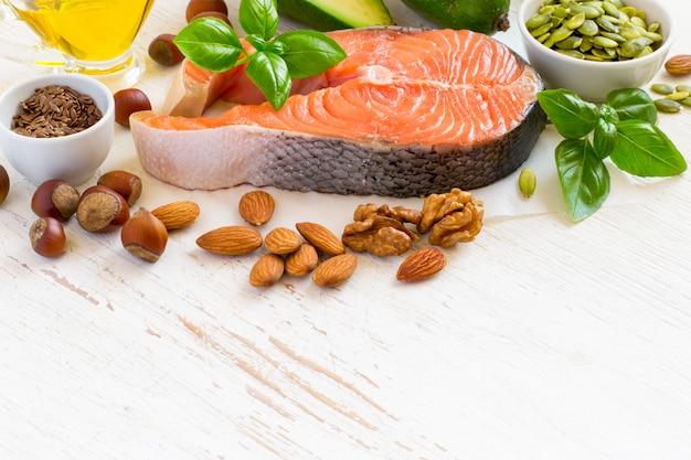 Set von lebensmitteln mit hohem gehalt an gesunden fetten