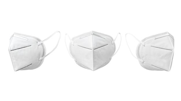 Set von medizinischen gesichtsmasken, die gegen weiß schweben.