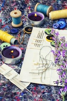 Set von näherinnen und einem bouquet von lavendel