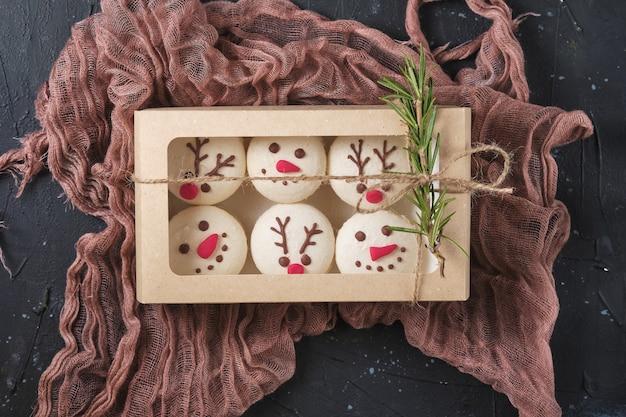 Set von neujahrsgebäck-macarons mit mandarinenfüllung aus weißer schokolade und sahne