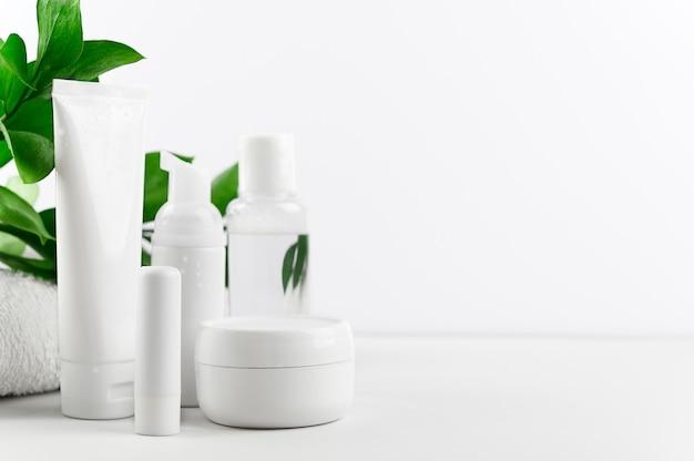 Set von paketen von bio-kosmetik für die gesichts- und körperpflege auf weiß