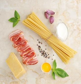 Set von produkten für pasta carbonara