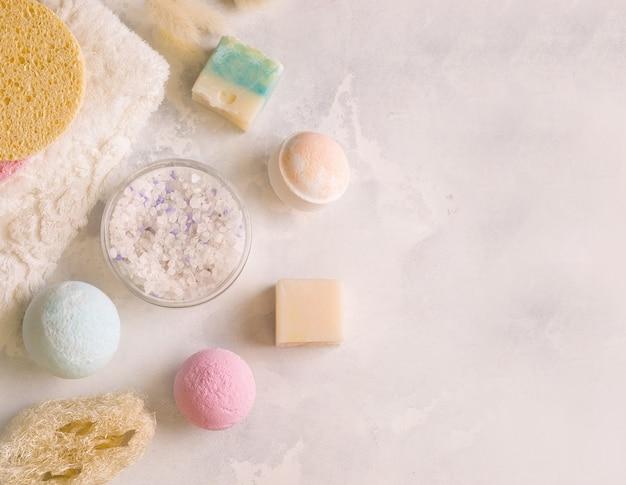 Set von produkten zum baden auf grauem hintergrund. platz kopieren