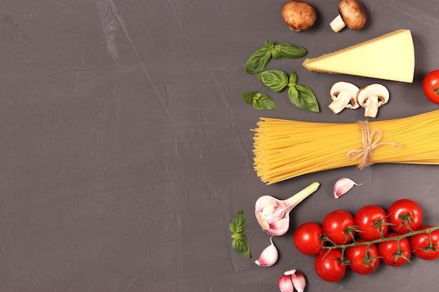 Set von produkten zum kochen italienischer pasta mit draufsichtplatz für text