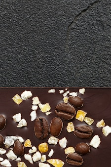 Set von verschiedenen schokoladensorten auf dunklem stein