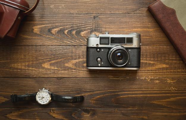 Set von vintage-fotojournalisten-accessoires, die auf holz liegen