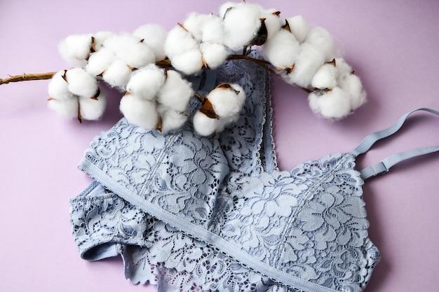 Set weibliche spitzen-blaue dessous damenunterwäsche mit baumwolle auf violettem hintergrund. valentinstag frauentag konzept, schönheit, mode, blogger
