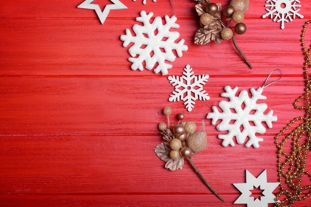 Set weihnachtsdekoration auf holzuntergrund