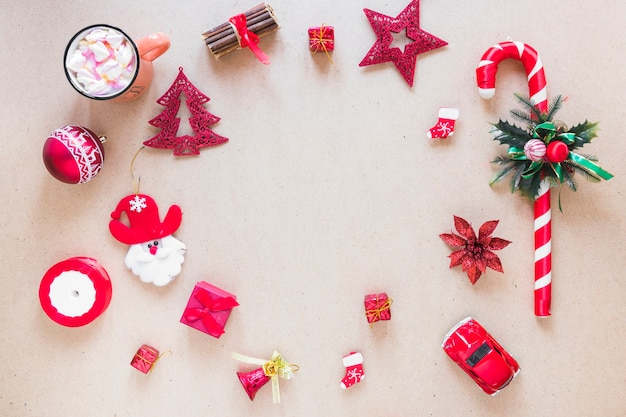 Set weihnachtsdekorationen nahe schale