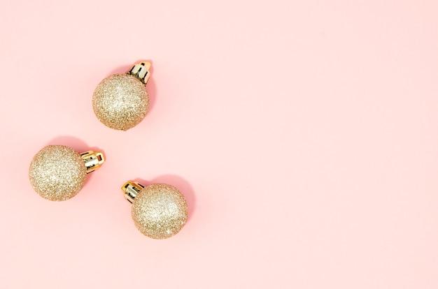 Set weihnachtskugeln mit rosafarbenem hintergrund