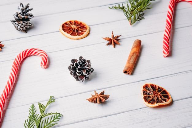 Set weihnachtssüßigkeiten, tannenzapfen und getrocknete orangen. weihnachtsdekorationen