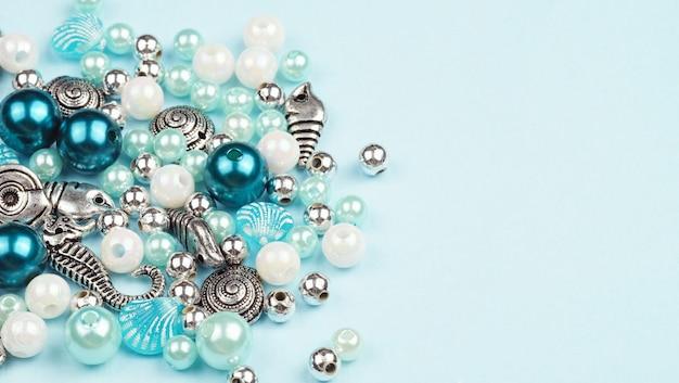Set zur herstellung von schmuck. perlen in verschiedenen formen und größen.