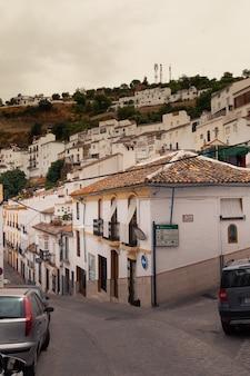 Setenil de las bodegas eine der berühmten weißen städte von cadiz-region bei andalusien, spanien.