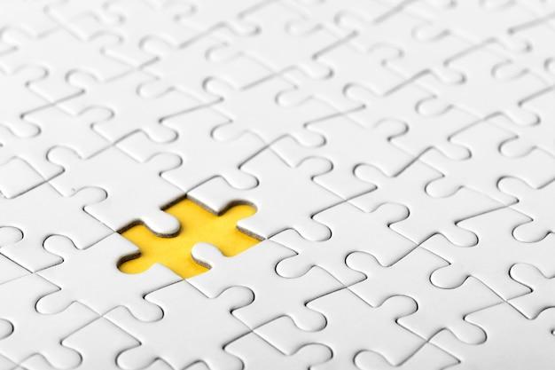 Setze das letzte puzzleteil ein, um es zu vervollständigen