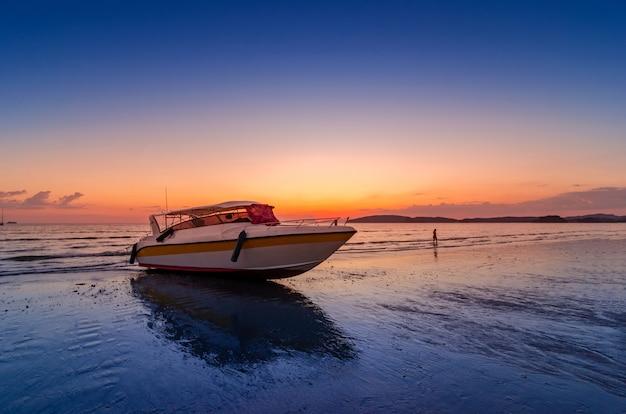 Setzen sie das abendseegeschwindigkeitsboot auf, das an ao nang krabi thailand bewölkt ist