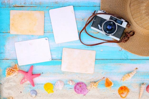 Setzen sie hintergrund - leeres fotopapier mit kamera, ferien und reise im sommerkonzept auf den strand.