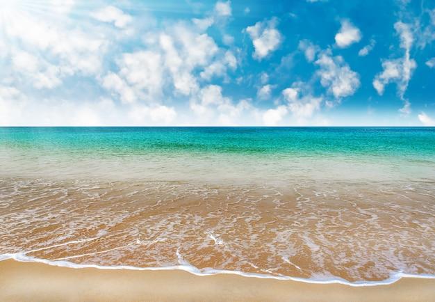 Setzen sie mit blauem meer und weißem sand im blauen himmel auf den strand