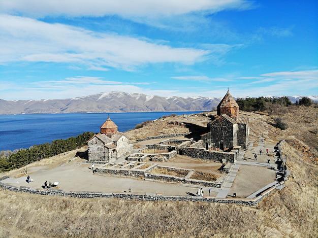 Sevan see und sevanavank älteste kirche. gebirgsland armenien. luftaufnahme von oben mit der drohne.