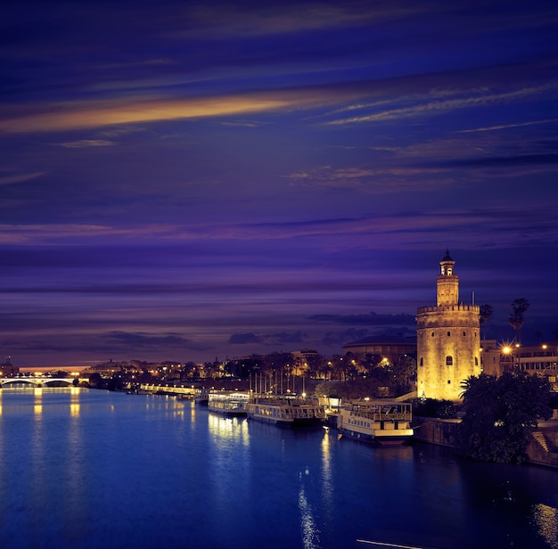 Sevilla-sonnenuntergangskyline torre del oro in sevilla