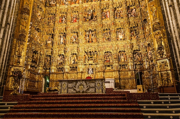 Sevilla, spanien. hauptaltar aus gold, 400 jahre alt