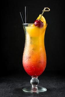 Sex am strand cocktail in glas auf schwarz