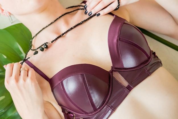 Sexuelle rote dessous und schmuck draufsicht der frau, kopienraum.