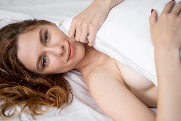 Sexuelle selbstfürsorge einer jungen frau