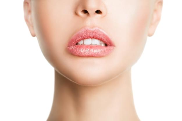 Sexuelle volle lippen. natürlicher glanz der lippen und der haut der frau. der mund ist offen. zunahme der lippen, kosmetologie