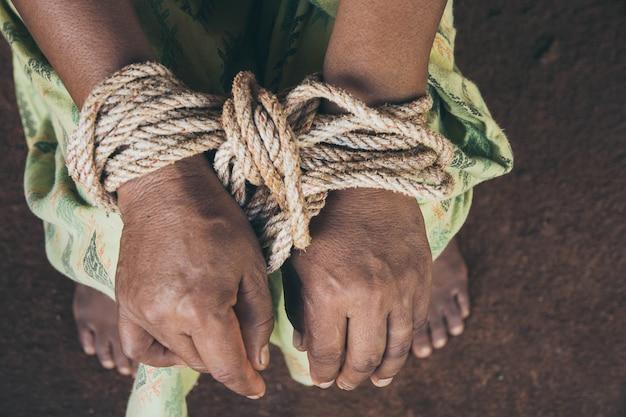 Sexueller missbrauch mit einem mann, der zu einer erschrockenen frau an einem dunklen platz angreift