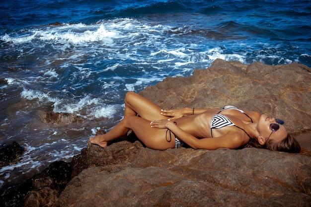 Sexuelles junges mädchen im ozean posiert