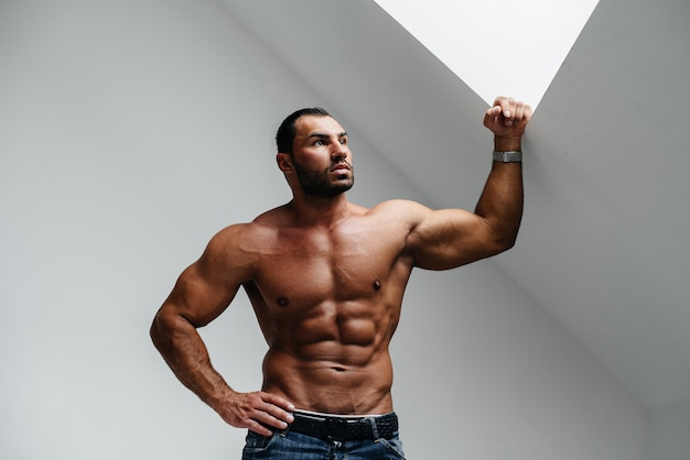 Sexy athlet posiert oben ohne im studio. fitness. drücken sie. sport.