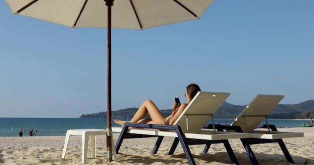 Sexy attraktive junge kaukasische frau auf dem schönen tropischen strand