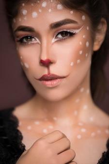 Sexy beauty girl mit katze make-up auf ihrem gesicht