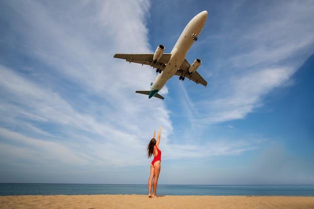 Sexy bikinifrauenreisenderstand in der meer mai khao-strand phuket-provinz, thailand