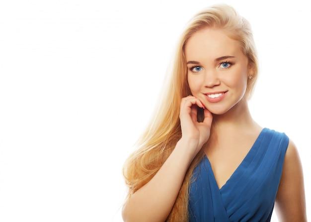 Sexy blonde dame im blauen kleid