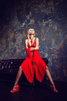 Sexy blonde frau in der roten wäsche