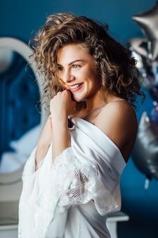 Sexy blonde frau posiert im luxushotel