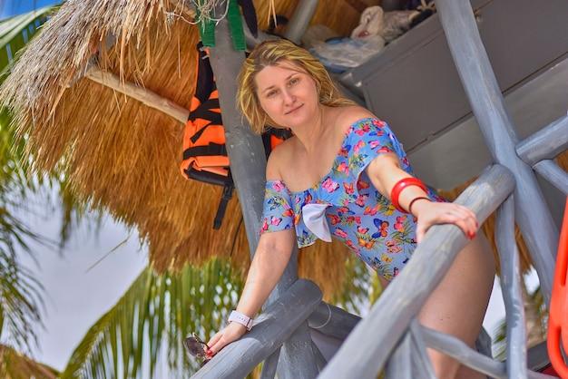 Sexy blondes rettungsmädchen am mexikanischen strand