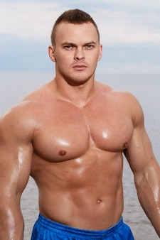 Sexy bodybuilder am strand