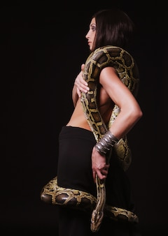 Sexy brünette hält python