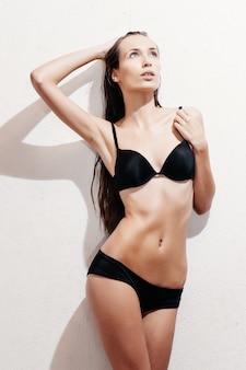 Sexy brunettefrau, die in der wäsche aufwirft