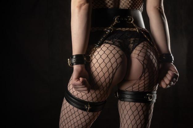 Sexy dame im bdsm-outfit schönheitsfrau mit attraktivem körper in dessous weiblicher arsch in unterwäsche