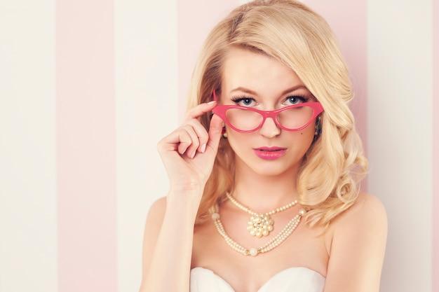 Sexy elegante frau, die katzenaugenbrille trägt