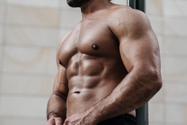 Sexy fitness sportler presse. richtige ernährung, fitness