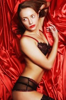 Sexy frau auf rotem hintergrund